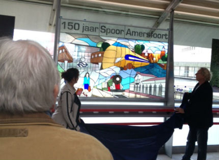 In de stationshal van station Amerfoort werd een door glasatelier De Witte Raaf ontworpen werk onthuld.