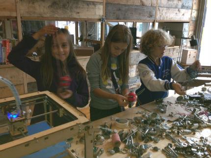 Bij atelier Nr 37 binnen mochten kinderen hun fantasie botvieren op onderdelen van apparaten en machines.