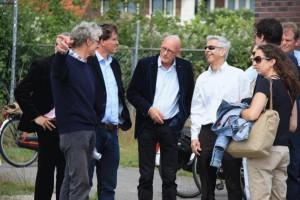 Minister Plasterk met wethouder Lubbinge en delegatie op de Wagenwerkplaats.