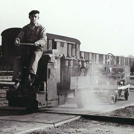 De trolly achter een soort locomotief in gebruik op de Wagenwerkplaats, vermoedelijk in de jaren zestig van de vorige eeuw.